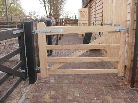 een eiken hang- en sluitwerk poort